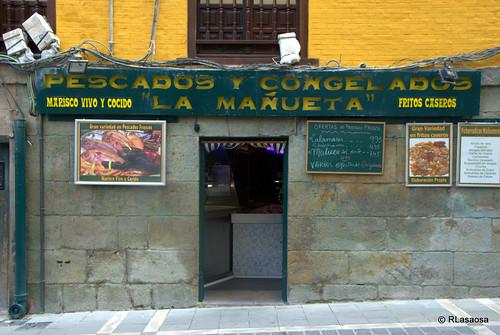 """Fachada de la tienda de pescados y mariscos """"Pescadería La Mañueta"""", en la calle del mismo nombre"""
