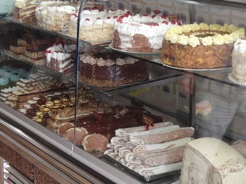 Baklava und Sahnetorte - Schnittstelle Orient-Okzident in einer Bäckerei in Sarajevo