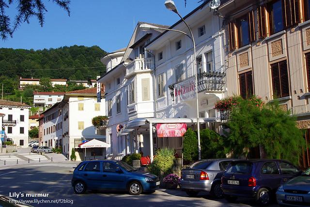 Kanal ob Soči小鎮街道一景,我們的車子就停在這裡,這裡有個廣場。
