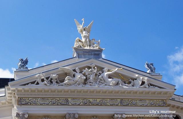 拍一下國家歌劇院的屋頂,有一點希臘建築的味道。