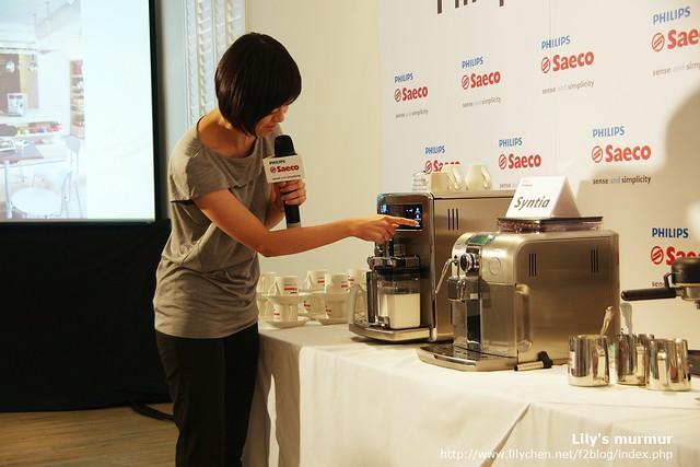 Yilan現場示範她在家使用Saeco咖啡機煮她喜愛的口味的咖啡。