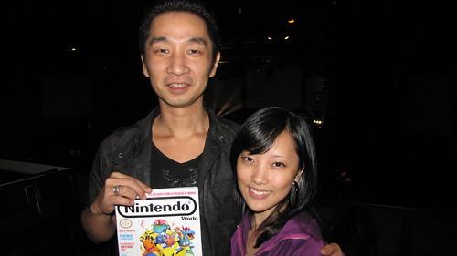 Akira Yamaoka com a Natalie segurando uma de nossas últimas NW