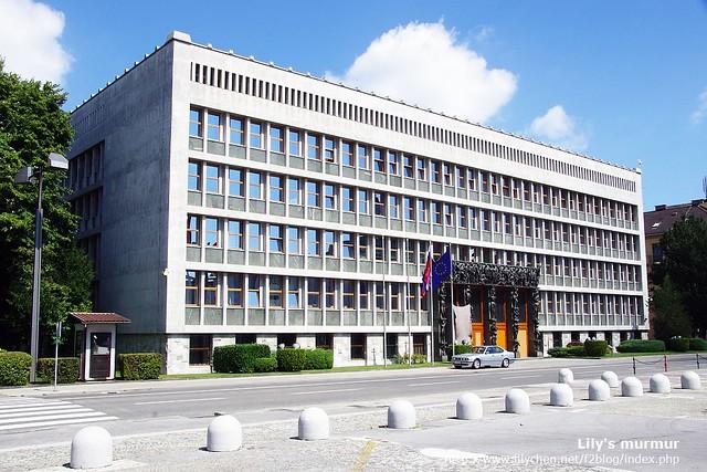 斯洛維尼亞國會,門上有很多男男女女的雕塑,象徵斯洛維尼亞的獨立是由許多人奮鬥努力來的。