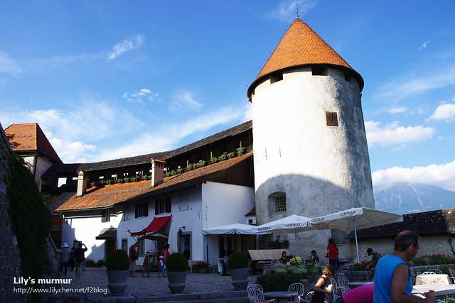 城堡旁邊的餐廳,我們本來就沒打算要進去,所以也沒去注意有賣什麼東西,裡面長什麼樣。