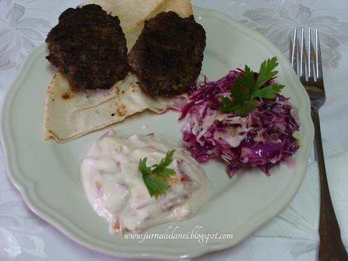 hamburger de casa  cu salata de varza si sos de iaurt