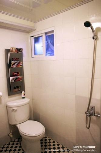 雙人房內的衛浴,有一小扇對外窗。簡單但夠用,也很乾淨!