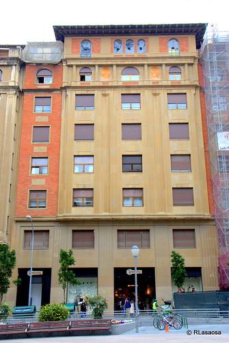 Edificio de viviendas en la calle Vínculo, con fachada a la plaza del Vínculo.