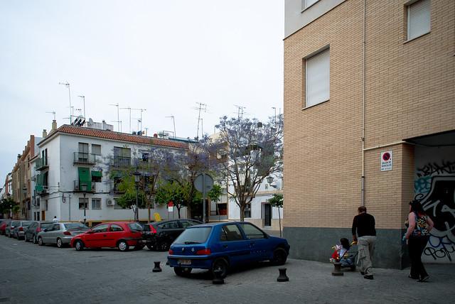 Calle de San Blas, en pleno barrio de San Luis. Esta calle constituye el epicentro del cambio de imagen del barrio, de ahí el gran y omnipresente contraste entre edificios nuevos y viejos.