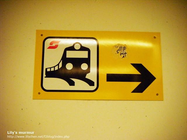 S-Bahn搭乘標誌,在維也納機場沿著這個標誌走就能走到S-Bahn月台。