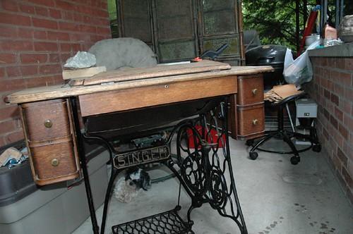 antique sewing machine 031.JPG