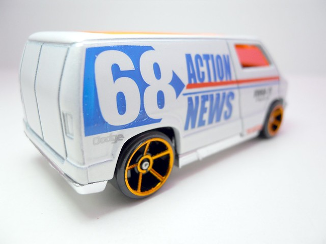 hws custom '77 dodge van wht (3)