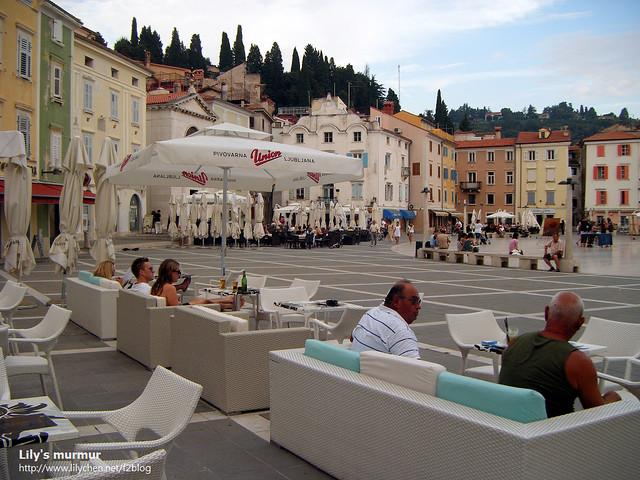 Tartini廣場旁邊都是這樣的露天咖啡館,來這裡喝杯咖啡感覺很舒適。