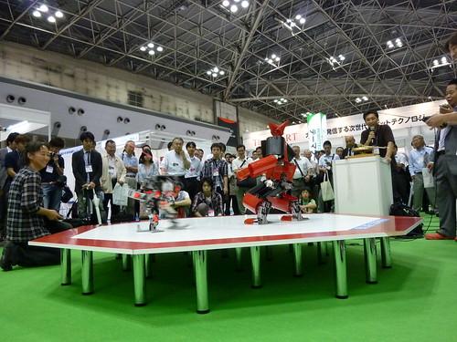 熱戦中。大きさがかなり違うロボット同士の対戦です。 by tokyo devices.