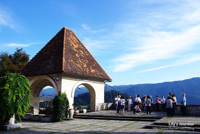 城堡外頭的露台,好像是餐廳的室外場地,從官網得知似乎也是城堡婚禮舉辦的地方。