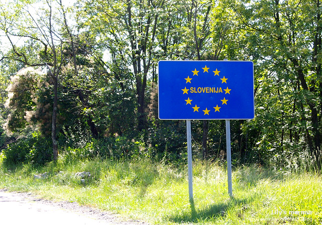 斯洛維尼亞邊界牌,星星也表示斯洛維尼亞是歐盟成員之一。