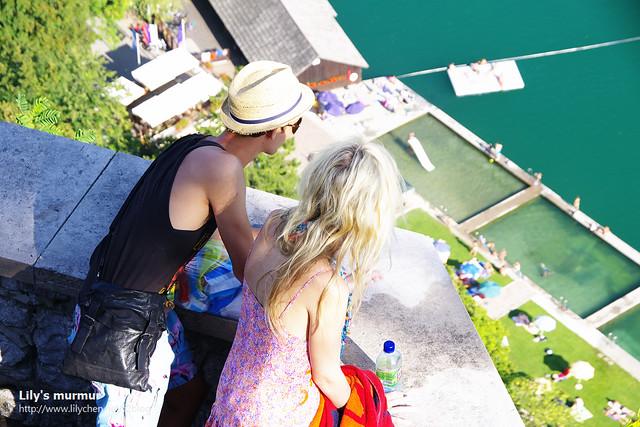 跟我們同時進入城堡的另一對情侶,他們也專注的看著Bled湖的美景。