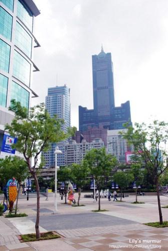 高捷三多商圈站一出站,就可以看到85大樓。