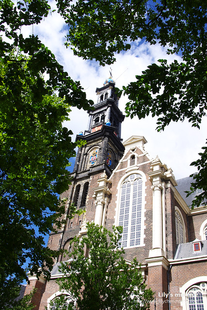 不知名的教堂,教堂頂部的盾徽跟花色很搶眼。我在這裡的座椅稍作休息,吃了點午餐。