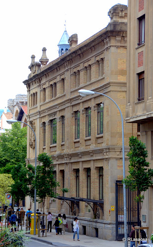 Fachada lateral del edificio central de Correos de Pamplona, a la calle Vínculo