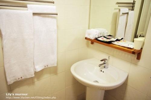 浴室的洗手台,有兩人份的盥洗用具。