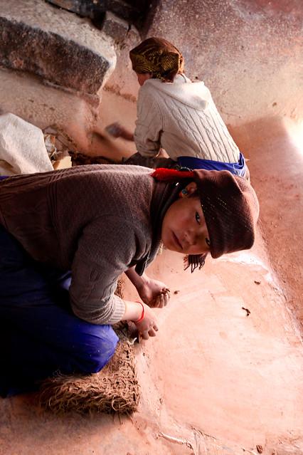 在鋪阿嘎土的西藏女孩