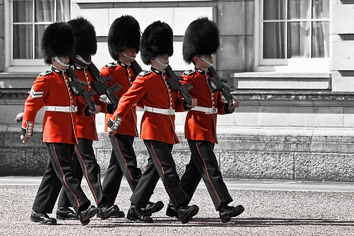 Changing of the guard at Buckingham Palace (Flickr: Gabriel Villena)