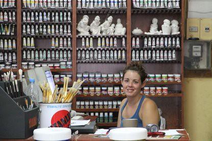 10h12 Barcelona Caldetes062 Chica tienda pinturas
