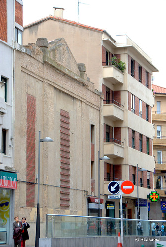 Edificios de viviendas en la calle Tudela y trasera del antiguo cine Avenida
