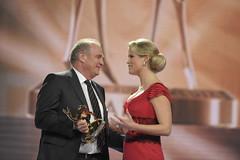 Stephanie zu Guttenberg überreicht Uli Hoeneß ...