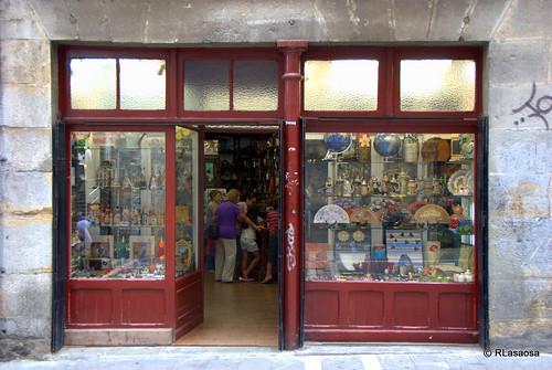 """Fachada y escaparate de la tienda """"Souvenirs Estafeta"""""""