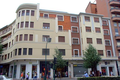 Edificio de viviendas en la Avenida del Conde Oliveto, Pamplona.