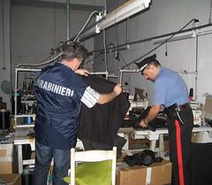 I Carabinieri nel laboratorio clandestino sequestrato