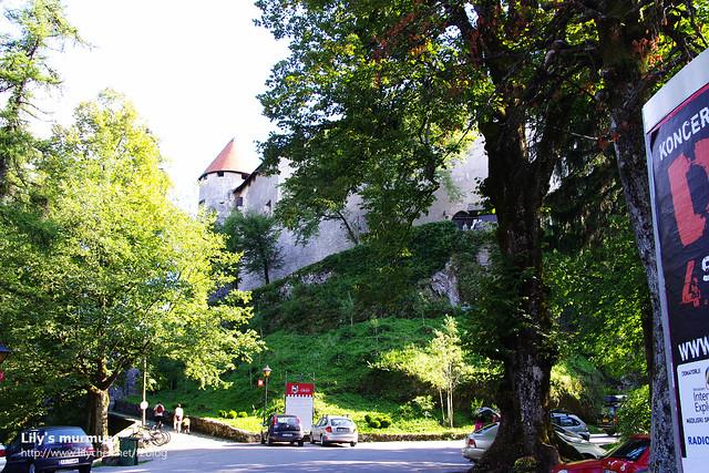 城堡下方的停車場還挺大的,遊覽車開上去都沒問題。