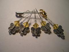 Isojen perhosten setti keltaisin kristallein, kullansävyinen lukko
