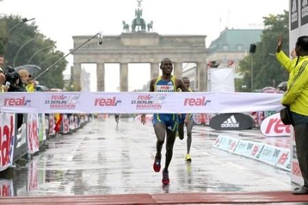 Makau gana el Maratón de Berlín en medio de la lluvia