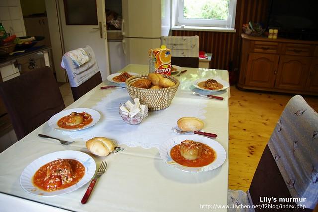 尼家的餐桌,我們準備用餐囉!每人一個麵包,一份美味的白椒鑲飯。