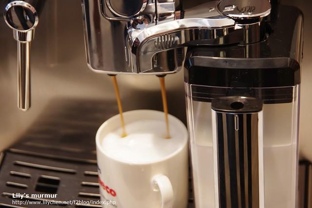 我點的咖啡少牛奶多奶泡多拿鐵。