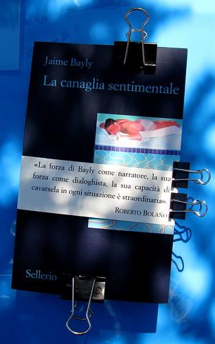 Jaime Bayly, La canaglia sentimentale, nella traduzione di Maria Nicola, Sellerio 2010, [resp. grafica non indicata], alla cop.: Sunbather © David Hockney, 1966, Ludwig Museum, Colonia; fascetta editoriale; cop. (part.), 1