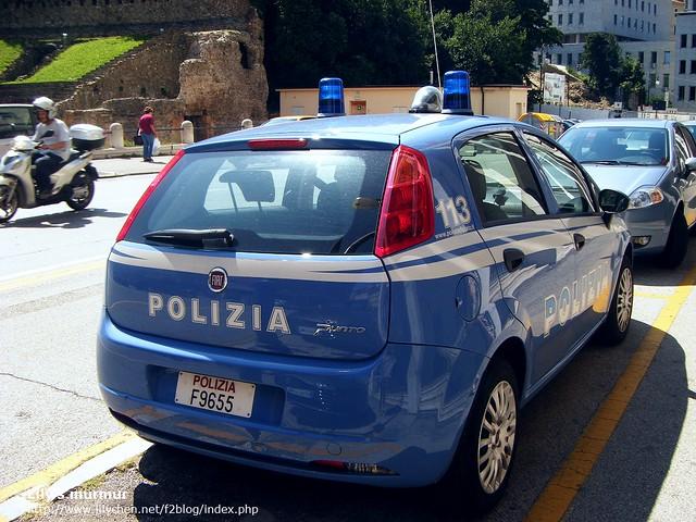 在古羅馬劇場前是警察局,有幾台警車,是FIAT的,很可愛!