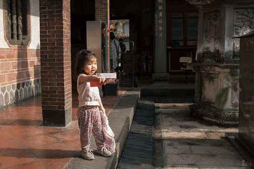 大龍峒保安宮| 午後下了場雨,趁著雨停陽光露臉的時候來保安宮看看,一進廟裡就看到有個妹妹跟著媽媽來拜拜,小妹妹在家人點香的時候看到遠方有個年齡比她大一點的女孩,手裡還拿著香的袋子便指著喊:是姐姐!!