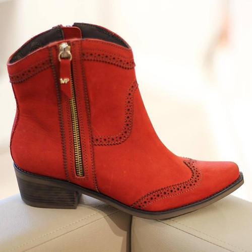 Uma bota vermelha é uma bota que faz diferença no closet