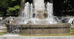 """Der Springbrunnen. Die Springbrunnen. Bei Springbrunnen springt das Wasser sozusagen in die Höhe. So kamen sie zu ihrem Namen. • <a style=""""font-size:0.8em;"""" href=""""http://www.flickr.com/photos/42554185@N00/33828263673/"""" target=""""_blank"""">View on Flickr</a>"""