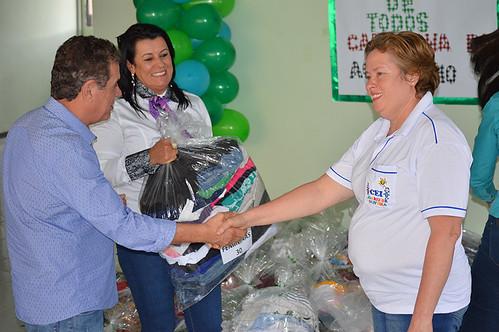 Altair e Mara Vilar entregam doações à Vanda Lúcia Silva, da Creche Juarez Oliveira