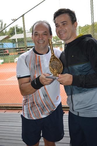 Canpeão Marlon Gatti - Gestor Consultores - recebe o troféu das mãos de Luciano Araújo