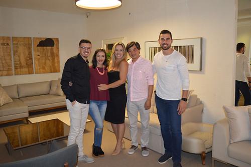 A equipe Novo Stilo, formada por Jhonatas, Débora, Cláudia e Kevin, com o proprietário da fábrica de móveis Dona Flor, Marcelo