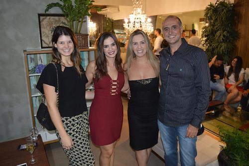 Os arquitetos Alyne Ferreira, Laura Lage e Rodrigo Guerra ladeiam Claudinha