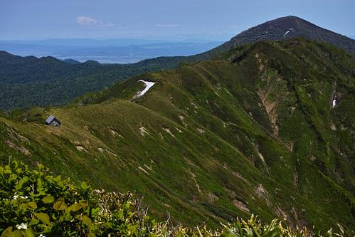 神居尻山山頂から ピンネシリ山を望む