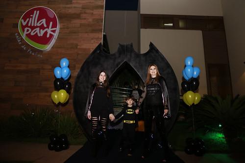 Na entrada da batcaverna, Bruna, Davi e mamãe Lílian