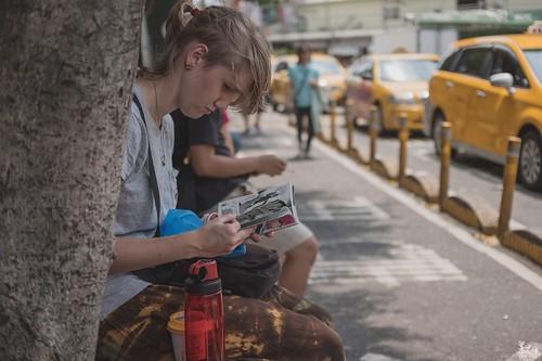 在移工居多的中壢火車站前突然出現一位金髮美女坐在外頭,手裡拿著一本漫畫悠哉的看著,回家整理照片發現她看的是中文版的阿!!好強!而且還是在看琦玉老師XD