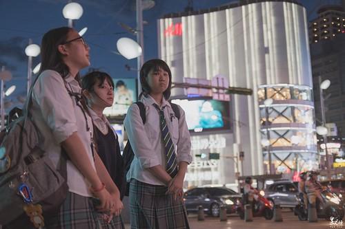 被日本妹子青了…… 西門町外圍都有巨大的廣告牆,那時廣告牆上的燈光映在三位妹子的臉頰上甚是好看,想了想決定蹲下拍攝呈現這個畫面,攝影有趣的地方就在這,你按下快門那瞬間,什麼事都有可能會改變,等她們離開檢查相片時才發現,她們完全發現我在拍,而且還用鄙視變態的眼光青著…….。